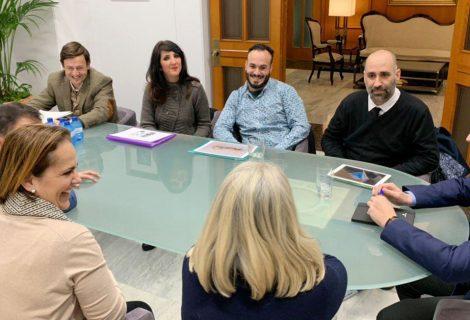 El alcalde de Córdoba y la presidenta del Imdeec se reúnen con los estudiantes de joyería finalistas del Progold Design Contest