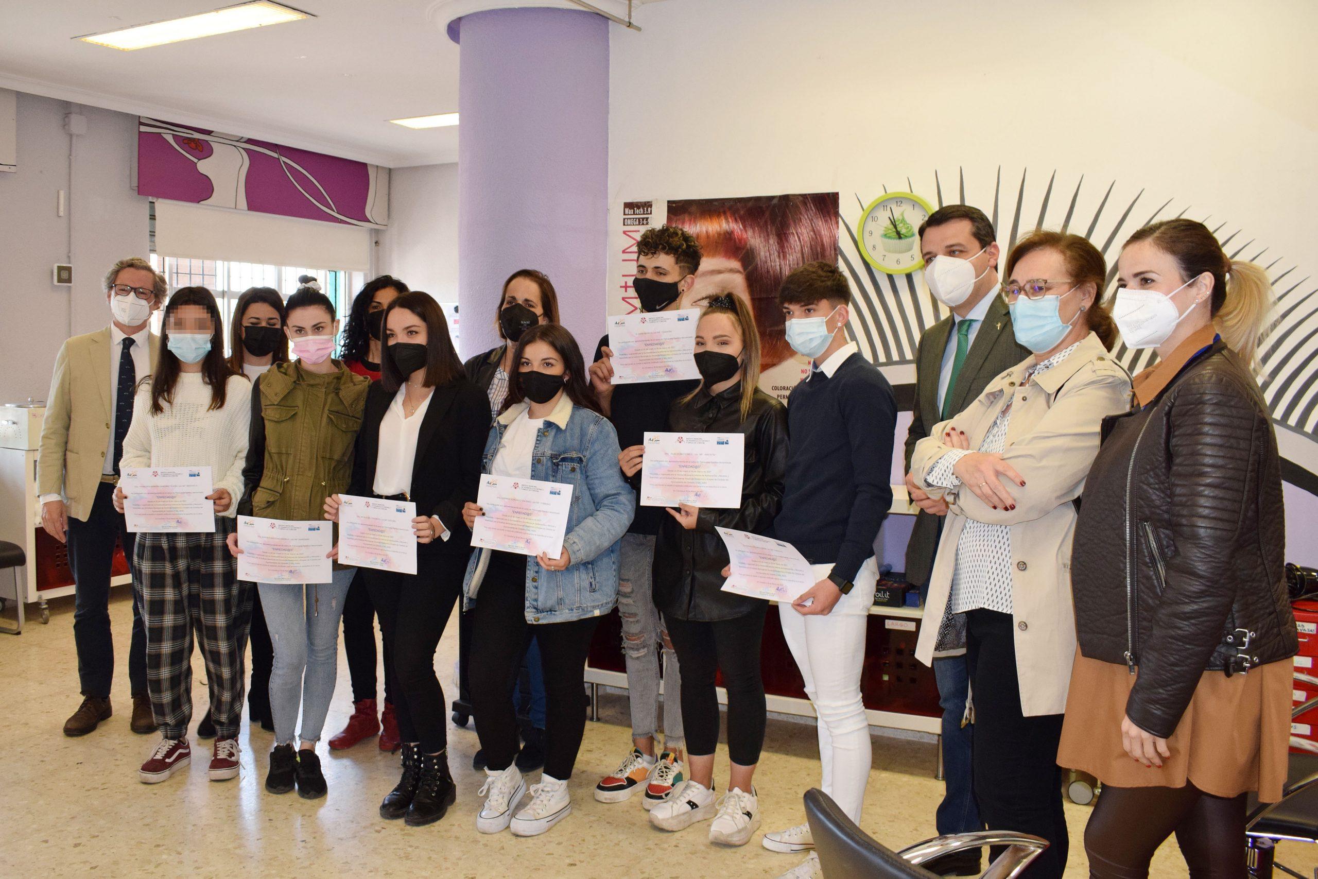 Jóvenes en riesgo de exclusión se forman en peluquería para favorecer su inserción laboral, con la financiación del IMDEEC